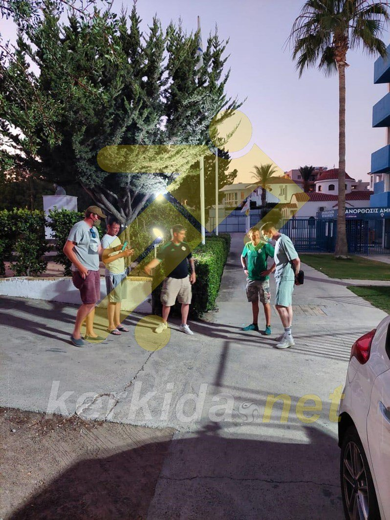 """Βρετανοί φαν του Λάφερτι έξω από το """"Α. Παπαδόπουλος""""! (φώτος)"""
